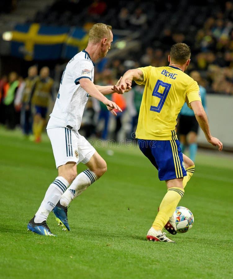 Protezione Vladislav Ignatyev della squadra nazionale della Russia e percussore Marcus Berg della squadra nazionale della Svezia immagini stock