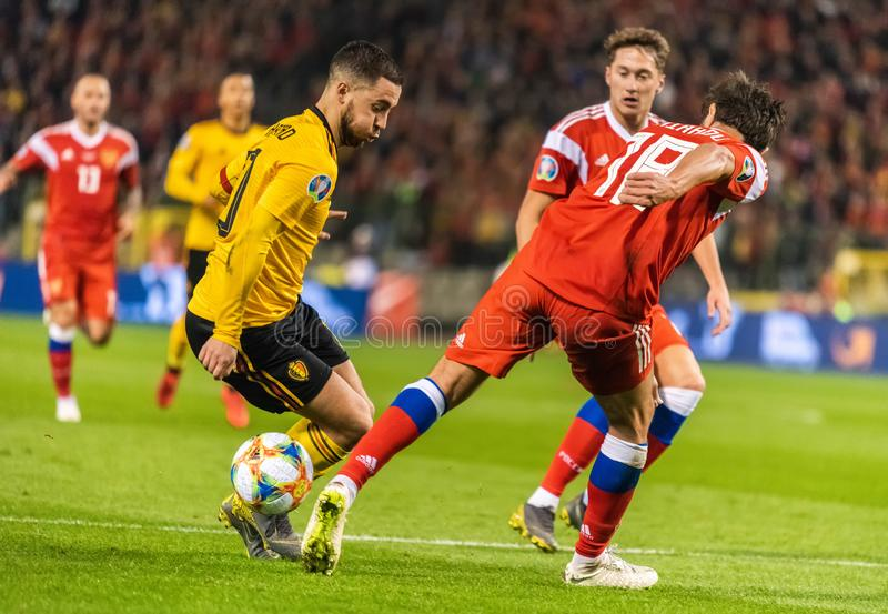 Protezione Yury Zhirkov della squadra nazionale della Russia che commette un fallo su capitano nazionale Eden Hazard della squadr fotografie stock libere da diritti
