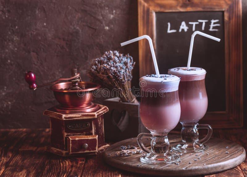 Protion dobro do latte da alfazema fotografia de stock