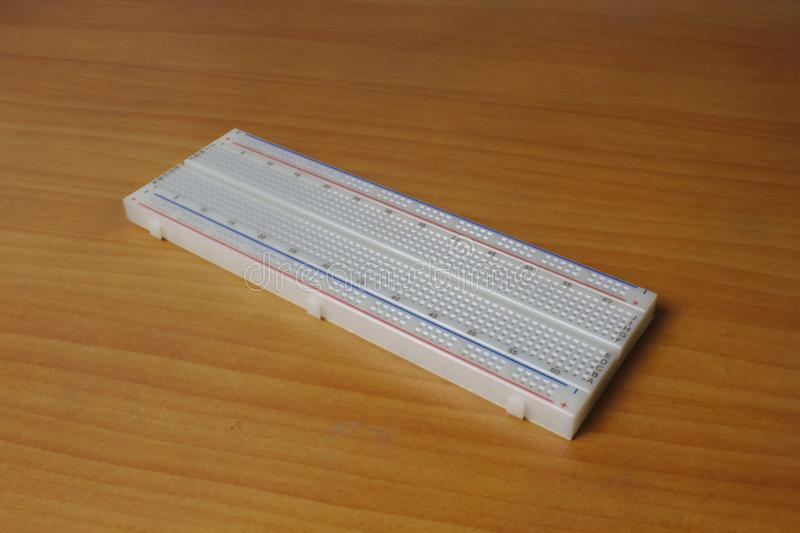 Protoboard stampato su una tavola di legno - diagonale lasciata fotografie stock libere da diritti