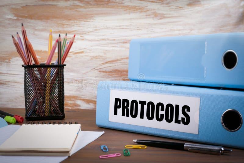 Protocollen, Bureaubindmiddel inzake Houten Bureau Op lijst gekleurde pe royalty-vrije stock foto