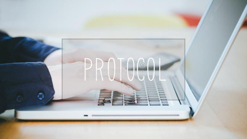 Protokoll, Text über dem jungen Mann, der auf Laptop am Schreibtisch schreibt lizenzfreie stockfotos
