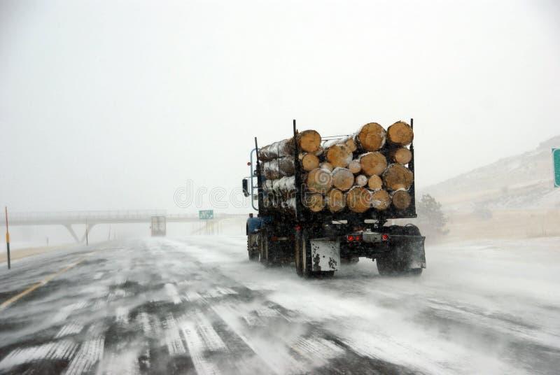 Protokollierender LKW auf eisiger Straße stockfoto