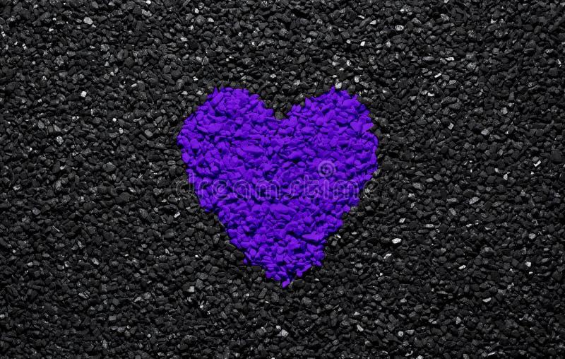 Protonowy Purpurowy colour, modny colour, serce na czarnym textured tle, kamienie, żwir i gont, miłości tapeta, valentine zdjęcia stock