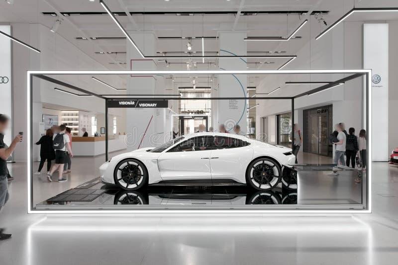 Prototype de voiture de concept de la mission E de Porsche dans le blanc - étude de concept de voiture électrique image libre de droits
