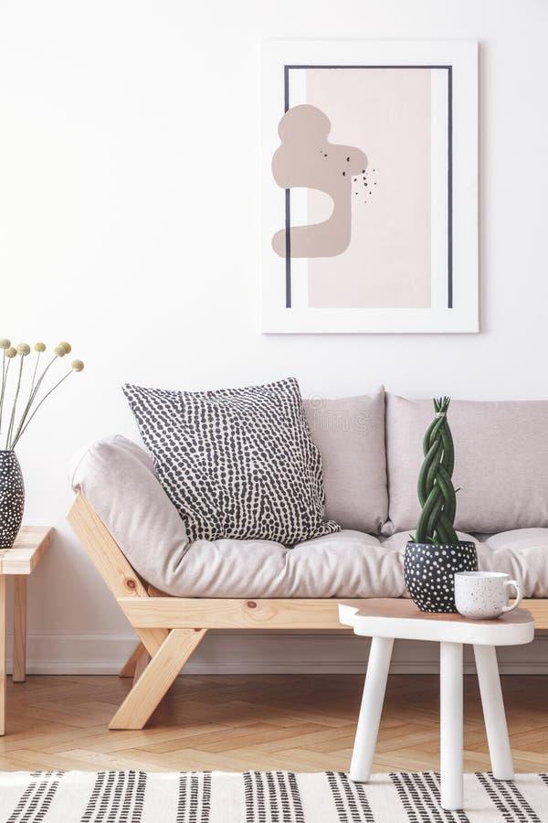 Prototype het schilderen op een witte muur van een artistiek woonkamerbinnenland met eenvoudig, houten meubilair en gevormde deco royalty-vrije stock foto's