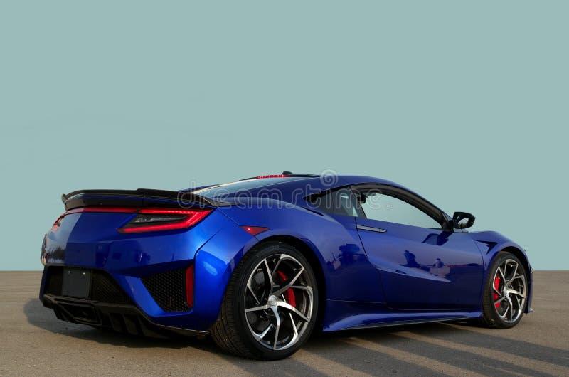 Prototype superbe exotique de voiture de sport sur le ciment avec un fond bleu-clair simple de ciel photos libres de droits