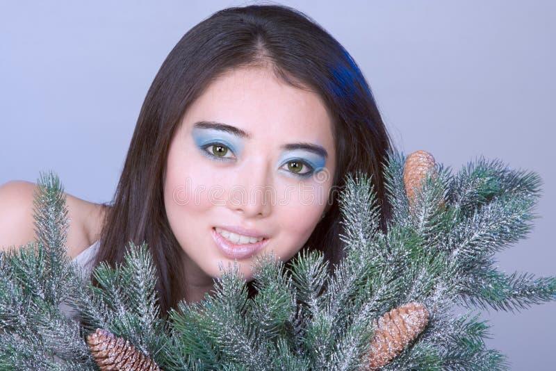 Protrait di inverno della ragazza asiatica dall'albero di Natale immagini stock libere da diritti