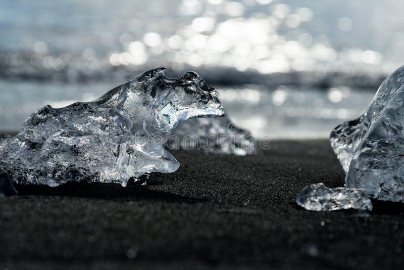 Protuberâncias do gelo na costa sul de Islândia imagem de stock