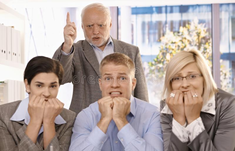 Protuberancia enojada que grita en los empleados asustados imágenes de archivo libres de regalías