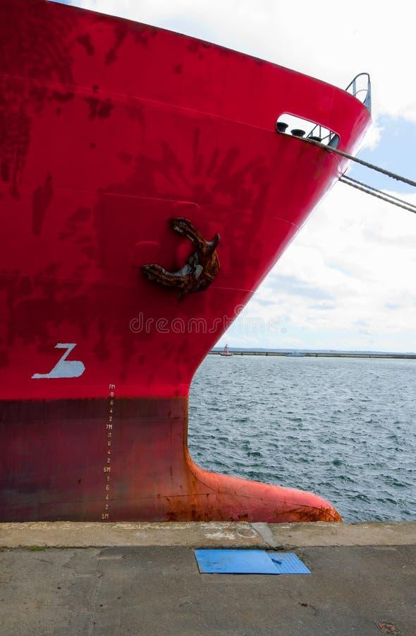 Proue d'un vieux cargo rouge au port photo libre de droits