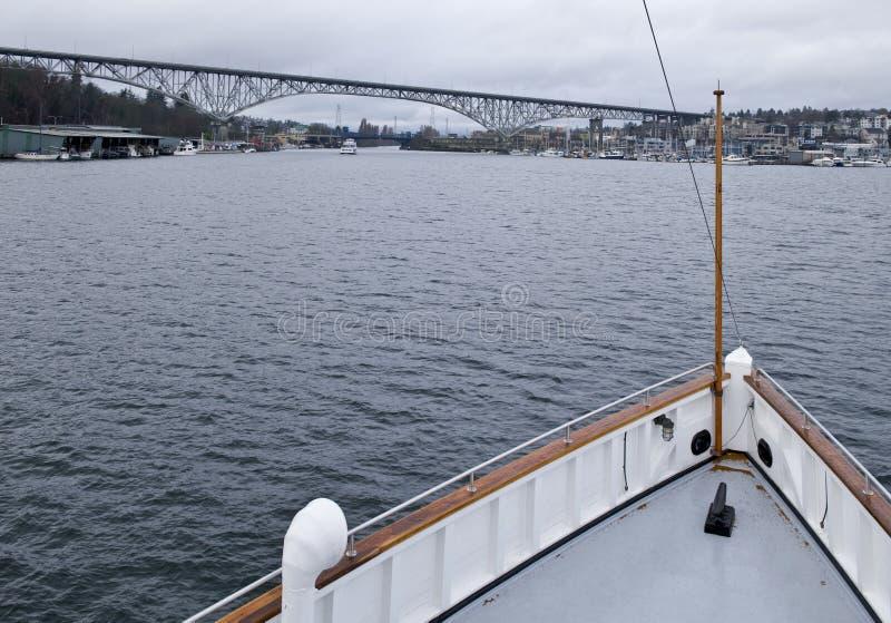 Proue de navire à vapeur sur le lac image stock
