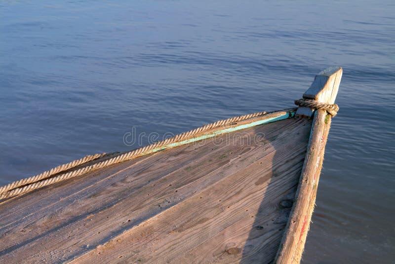 Proue du bateau sur le fleuve photo libre de droits