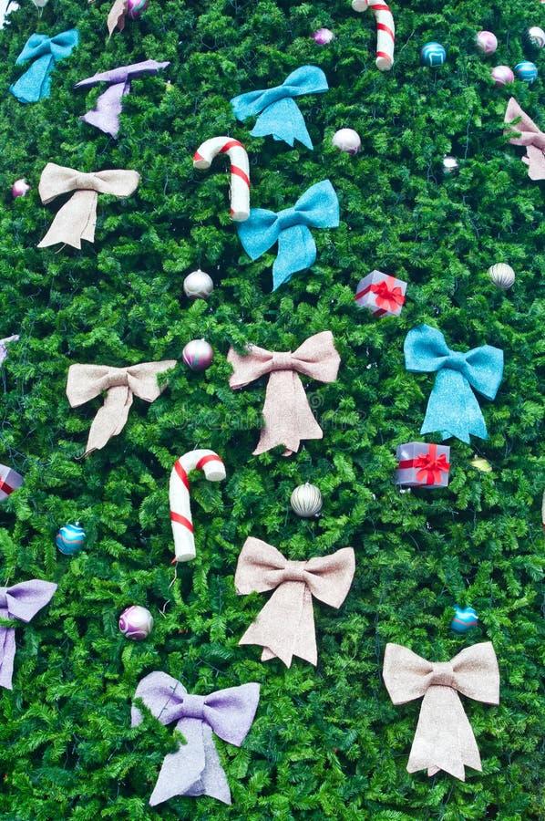 Proue et cadeau colorés sur l'arbre de Noël photographie stock