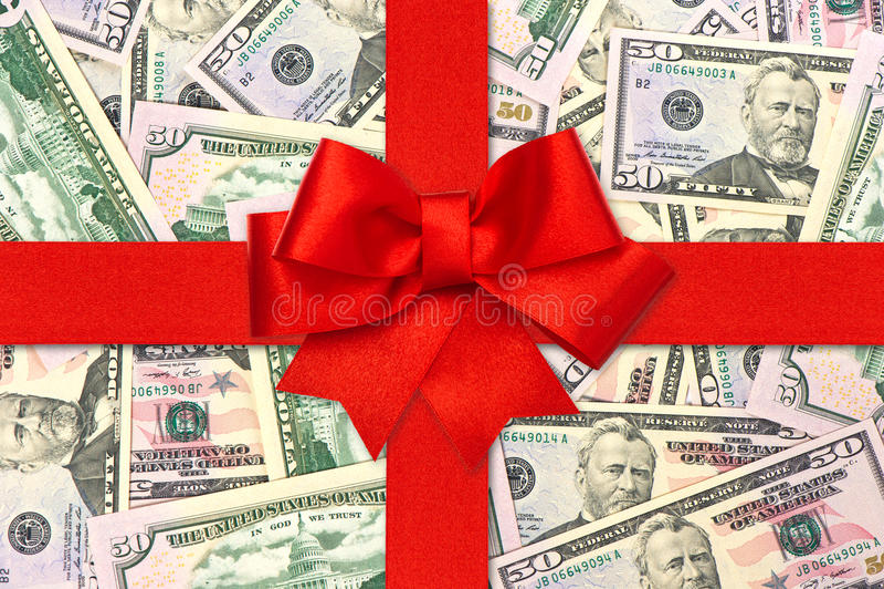 Proue rouge de bande de cadeau au-dessus des dollars américains photo libre de droits