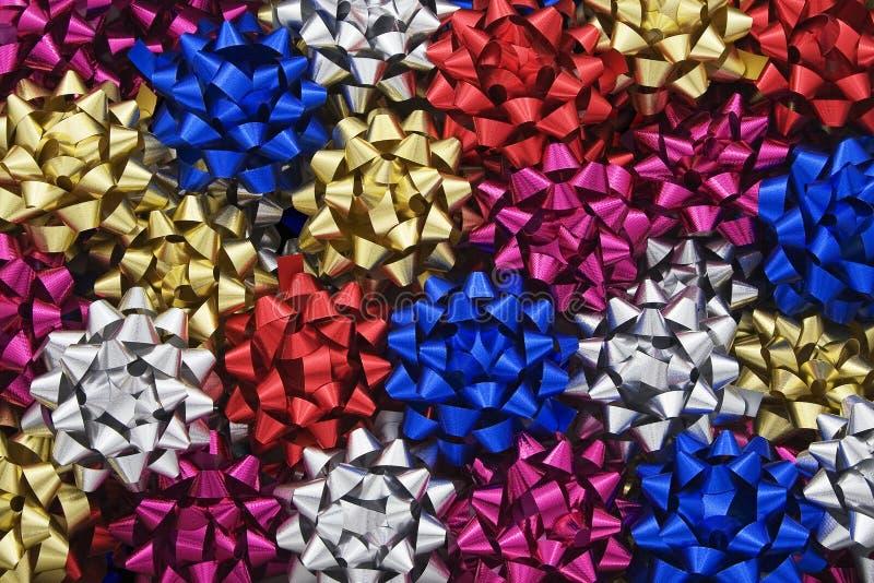 Proues métalliques multicolores de cadeau image stock