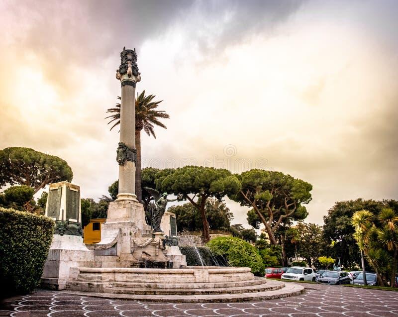 Província de Frascati - de Roma em Lazio - Itália - o Monumento ai Caduti ou memorial de guerra fotografia de stock