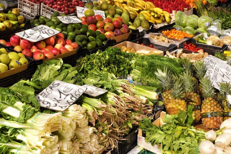 Província de Marbella, Malaga, Andalucia, Espanha - 18 de março de 2019: frutas e legumes frescas para a venda em um mercado lo foto de stock