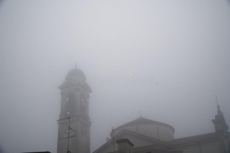 Província de Naviglio Milão do sul de Robecco, igreja Católica velha: Construção místico no tempo do embaçamento Conceito do horr imagem de stock