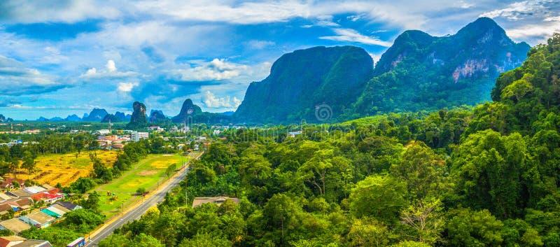 A província de Phang Nga tem o lote de ilhas bonitas em Tailândia fotos de stock royalty free