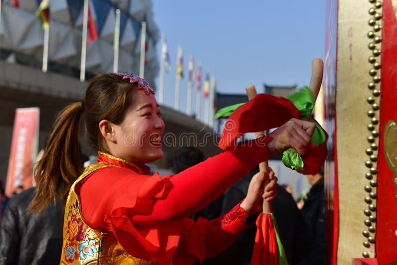 Província de Puyang, Henan, China: O desempenho 'do cilindro da batalha 'pelos gongos das mulheres e pela equipe dos cilindros da fotos de stock