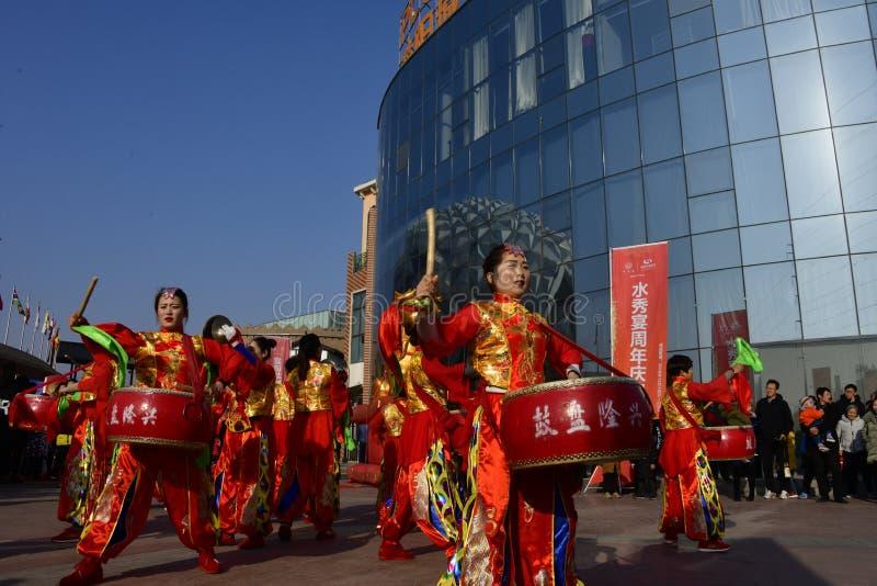 Província de Puyang, Henan, China: O desempenho 'do cilindro da batalha 'pelos gongos das mulheres e pela equipe dos cilindros da fotos de stock royalty free