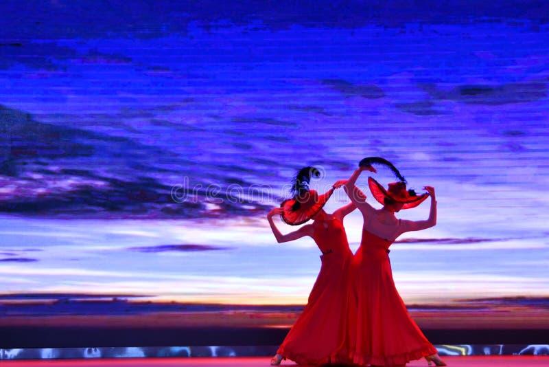 Província de Puyang, Henan, China: O desempenho 'do cilindro da batalha 'pelos gongos das mulheres e pela equipe dos cilindros da imagens de stock royalty free