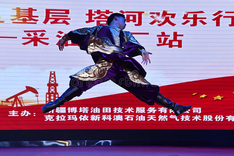 Província de Puyang, Henan, China: O desempenho 'do cilindro da batalha 'pelos gongos das mulheres e pela equipe dos cilindros da foto de stock royalty free