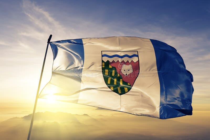 A província dos territórios do noroeste da tela de pano de matéria têxtil da bandeira de Canadá que acena na névoa superior da né ilustração stock