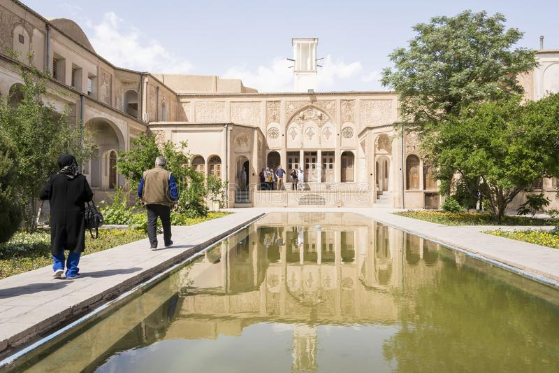 Província Kashan IRÃ de Isfahan 30 de abril - 2019 povos persas tradicionais do pátio que visitam a casa de Borujerdi imagens de stock royalty free