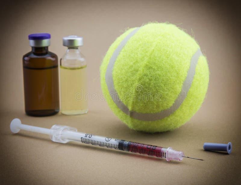 Prov för forskning av urin tillsammans med en boll av tennis arkivfoto