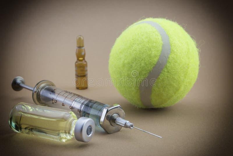 Prov för forskning av urin tillsammans med en boll av tennis arkivfoton