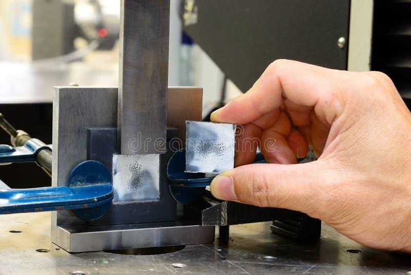 Prov för saxspänningen efter testar på att testa bearbetar med maskin royaltyfria bilder