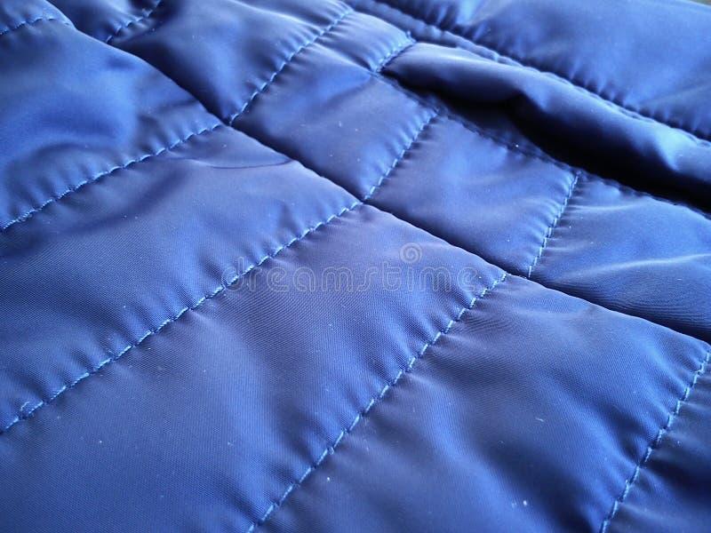 Prov på avböjt väv för sportjacka Blå polyestermaterial som blöts i regn och vind Rena, högkvalitativa och korrekta sömmar arkivbilder