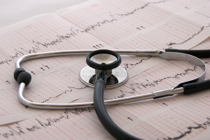 Prova cardiologica con lo stetoscopio fotografia stock