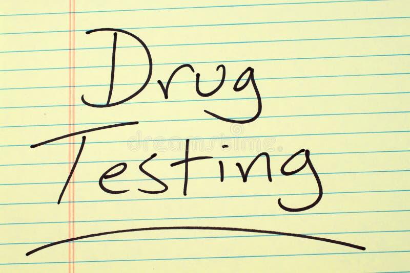Prova di droga su un blocco note giallo immagini stock libere da diritti