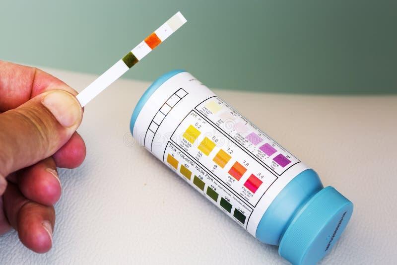 Prova di manutenzione dello stagno della stazione termale della Jacuzzi, cloro di pH e livello del bromuro immagine stock