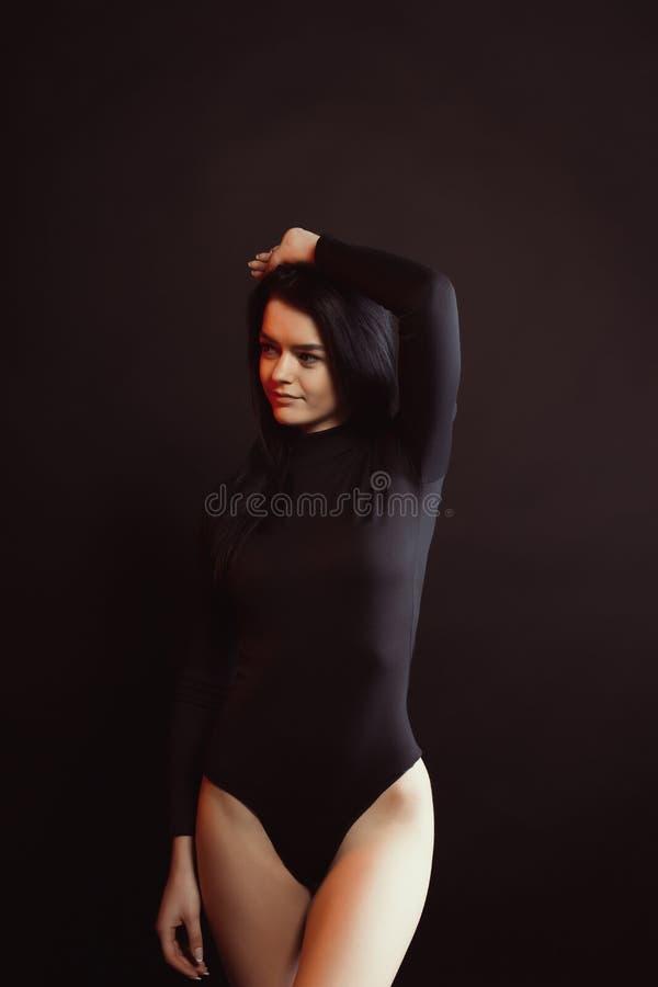 Prova di modello con signora castana impressionante in biancheria nera sopra una b fotografia stock
