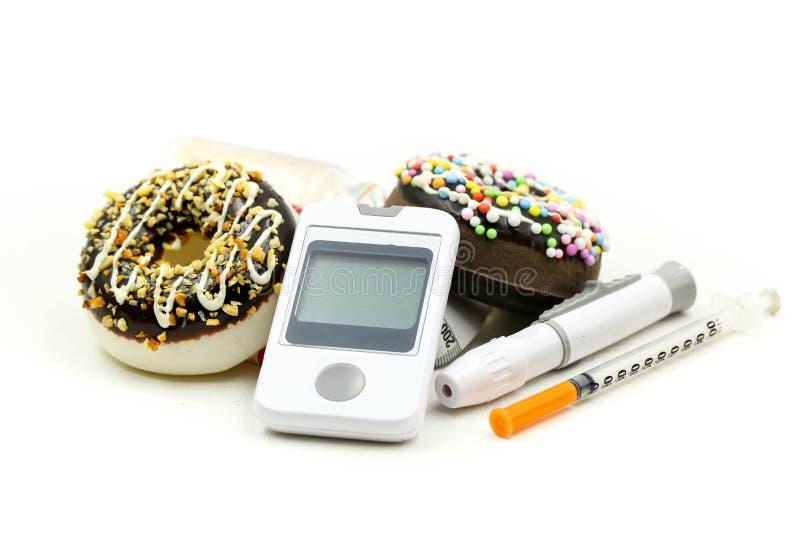 Prova e siringa del diabete del tester del glucosio con la pillola di misurazione della droga e del nastro del dessert, concetto  fotografia stock