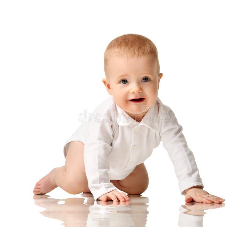 Prova infantile del bambino del neonato da strisciare sorridere felice immagini stock
