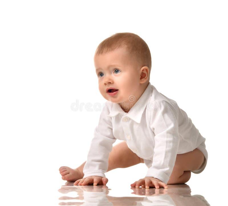 Prova infantile del bambino del ragazzo del bambino da strisciare sorridere felice immagini stock libere da diritti