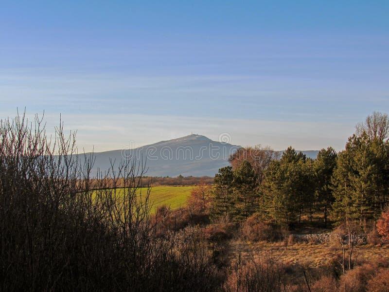 Provancal wsi krajobraz przy zmierzchu czasem w zimie, Vaucluse, Provence, Południowy Francja zdjęcie royalty free