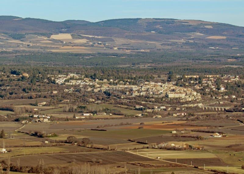 Provancal wsi krajobraz przy zmierzchu czasem w zimie, Vaucluse, Provence, Południowy Francja zdjęcie stock