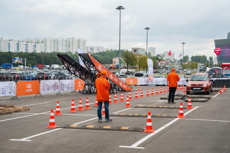 Provdrev för öppet område av VAZ på den internationella utställningen av Av-vägen för den SUVs, övergångs- och av-väg medel`-Mosk arkivbild