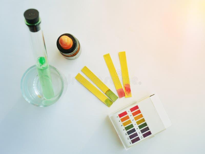 Prove a água mineral com pH do papel foto de stock royalty free