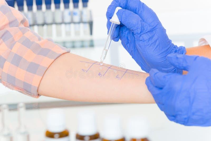 Prove di allergia in laboratorio immagine stock