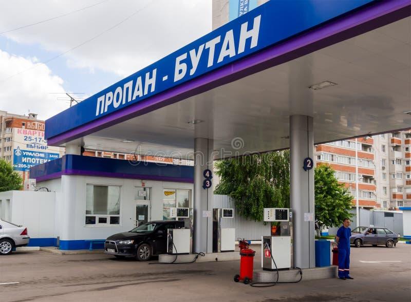 Provea de gas aprovisionar de combustible el coche en las calles de Voronezh foto de archivo