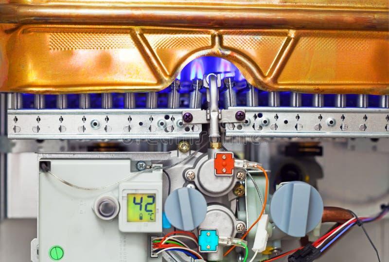 Provea de gas el calentador de agua para la encuesta y la llama ardiente imagen de archivo
