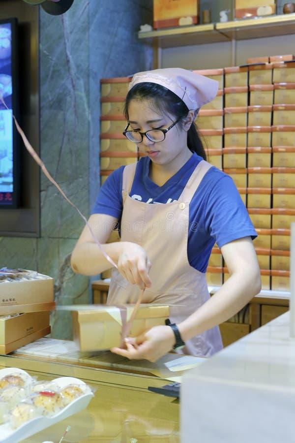 Proveja de pessoal caixas amarradas do alimento com uma corda plástica fotos de stock royalty free