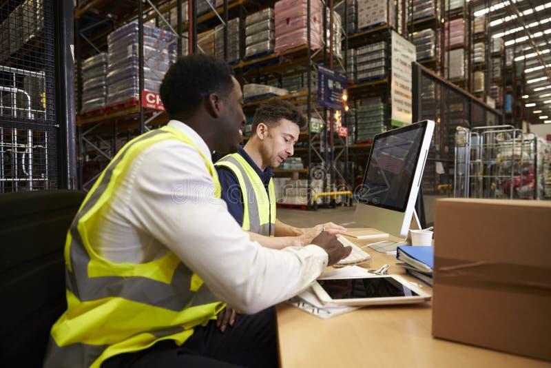 Proveja de pessoal a logística de controlo do armazém em um escritório no local fotografia de stock royalty free